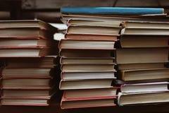 Stapels boeken op plank royalty-vrije stock afbeeldingen