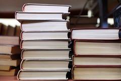 Stapels boeken op plank royalty-vrije stock foto