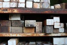 Stapels ceramische ovenbakstenen op geroeste metaalplanken Royalty-vrije Stock Afbeeldingen