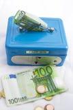 Stapels euro muntstukken en bankbiljetten in een contant gelddoos Royalty-vrije Stock Afbeelding