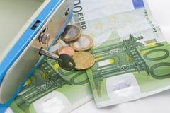 Stapels euro muntstukken en bankbiljetten in een contant gelddoos Stock Afbeelding