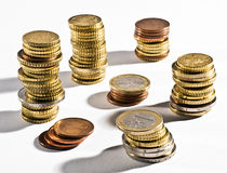 Stapels Euro muntstukken in verschillende benamingen Stock Afbeelding