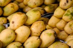 Stapels Filippijnse mango's op vertoning in markt Stock Afbeelding