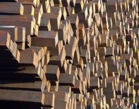Stapels gebruikte houten spoorwegdwarsbalken Stock Fotografie