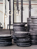 Stapels gewichten bij de gymnastiek Stock Foto's