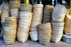 Stapels lege met de hand gemaakte bamboe geweven manden Stock Afbeelding