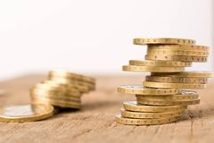 Stapels muntstukken op een houten lijst Bedrijfsconcept en de groei van kapitaal royalty-vrije stock foto