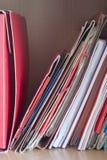 Stapels omslagen met documenten op het bureau Royalty-vrije Stock Afbeelding