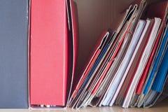 Stapels omslagen met documenten op het bureau Stock Afbeeldingen