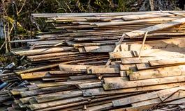 Stapels oude houten planken stock foto