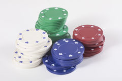 Stapels rode, groene, witte en blauwe casinospaanders Stock Foto