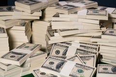 Stapels van één miljoen Amerikaanse dollars in honderd dollarsbankbiljetten Stock Afbeelding