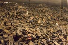 Stapels van bezittingen (schoenen) van de mensen gedood in Auschwitz stock foto's