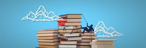 Stapels van boeken met het beklimmen van silhouet en wolken op blauwe achtergrond stock afbeeldingen