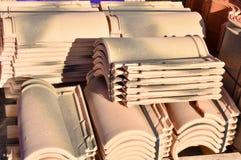 Stapels van daktegels in vele rijen met verschillend aantal in om het even welke kolom De oude tegels zijn bevlekt met stof en ko royalty-vrije stock afbeeldingen