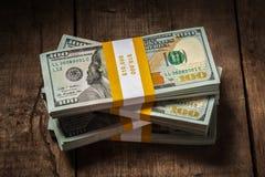 Stapels van de bundels van 100 dollarsbankbiljetten Stock Foto