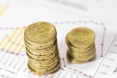 Stapels van euro op financiële gegevens. Royalty-vrije Stock Afbeeldingen