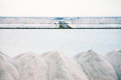 Stapels van gekristalliseerd zout bij een zoute raffinaderij Royalty-vrije Stock Afbeelding