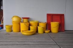 Stapels van gele emmers royalty-vrije stock afbeelding