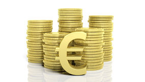 Stapels van gouden muntstukken en een Euro symbool Royalty-vrije Stock Fotografie