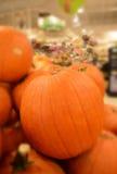 Stapels van grote pompoenen in kruidenierswinkelopslag Royalty-vrije Stock Afbeeldingen
