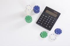 Stapels van het gokken van spaanders met calculator Stock Afbeelding