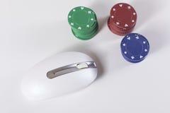 Stapels van het gokken van spaanders met computermuis Royalty-vrije Stock Foto's