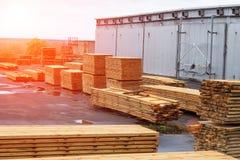 Stapels van houten raad in de zaagmolen, het planking royalty-vrije stock afbeeldingen