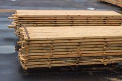 Stapels van houten raad in de zaagmolen, het planking royalty-vrije stock fotografie