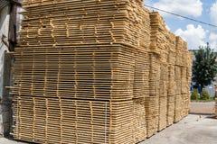Stapels van houten raad in de zaagmolen, het planking Pakhuis voor in openlucht het zagen van raad op een zaagmolen Houten houtst royalty-vrije stock foto's