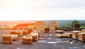 Stapels van houten raad in de zaagmolen, raad voor de uitvoer stock foto's