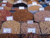 Stapels van kleurrijke noten en kruiden bij een voedselmarkt stock foto's