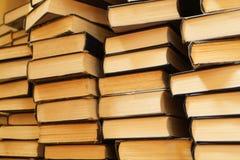 Stapels van oude boeken Stock Foto's