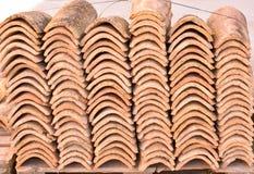 Stapels van oude daktegels in vele rijen met verschillend aantal in om het even welke kolom De oude tegels zijn bevlekt met stof  stock foto's