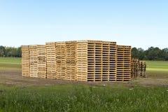 Stapels van pallets in de weide Stock Afbeeldingen