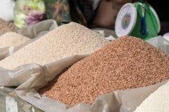 Stapels van rode en witte rijst Royalty-vrije Stock Foto's