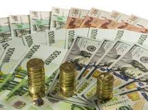 Stapels van 10 roebelsmuntstukken op de achtergrond van bankbiljetten Stock Foto's