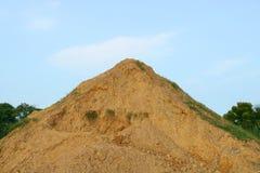 Stapels van zand en steen op blauwe hemelachtergrond Stock Foto