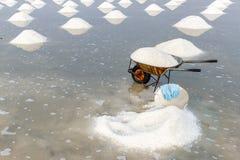 Stapels van zout bij de zoute gebieden van Hon Khoi in Nha Trang, Vietnam Stock Afbeeldingen
