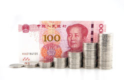 Stapels zilveren muntstukken met honderd yuans Stock Foto's
