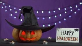 Stapelschacht-Kürbisglühen von der Kerze und vom Hut auf dem Kürbis rüttelt ominös stock footage