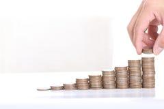 Stapelt het zakenlieden gezette muntstuk geld voor het concept van de geldgroei Stock Afbeelding