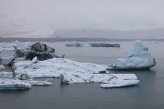 Stapianie lód przy glacjalnym rzecznym lagon Jökulsà ¡ rlà ³ n obraz royalty free