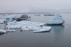 Stapianie lód przy glacjalnym rzecznym lagon Jökulsà ¡ rlà ³ n Zdjęcie Stock