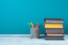 Stapla för bok Den öppna boken, inbunden bok bokar på trätabell- och blåttbakgrund tillbaka skola till Kopiera utrymme för text Royaltyfri Fotografi