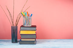 Stapla för bok Den öppna boken, inbunden bok bokar på trätabell- och rosa färgbakgrund tillbaka skola till Kopiera utrymme för te Royaltyfria Bilder