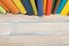 Stapla för bok Den öppna inbundna boken bokar på trätabell- och blåttbakgrund tillbaka skola till Kopieringsutrymme för annonstex Royaltyfri Foto