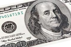 Stapla skottet av den Benjamin Franklin ståenden från en räkning $100 Arkivbilder
