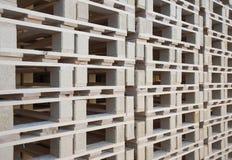 Stapla upp presumtiva wood paletter Arkivfoto