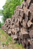 staplad avlägsen hög järnväg binder trä royaltyfri fotografi